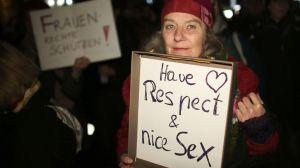 une-femme-tient-une-pancarte-ayez-du-respect-et-du-bon-sexe-pendant-une-manifestation-a-cologne-le-5-janvier-2016_5493212