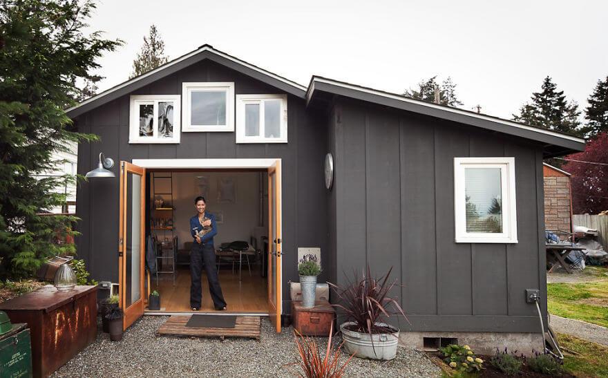 une artiste transforme un vieux garage en une belle petite maison nous les femmes. Black Bedroom Furniture Sets. Home Design Ideas